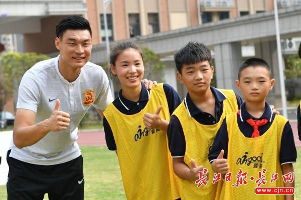 共享足球运动之美!卓尔球员和这群孩子们踢了场球