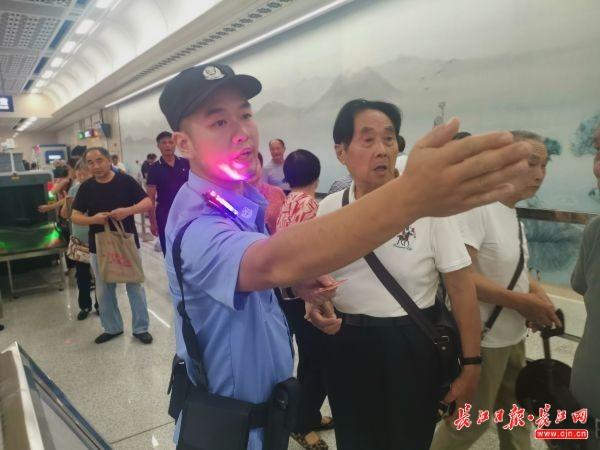 武汉地铁蔡甸线开通,每站均设有警务室