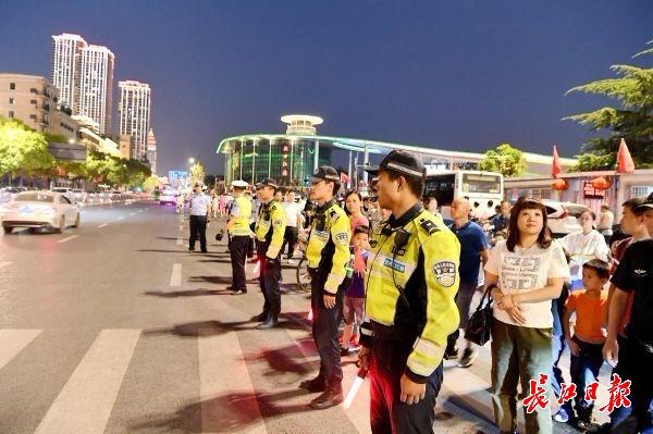 国庆长假前两日,武汉长江灯光秀现场秩序平稳