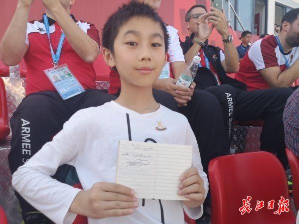 武汉小学生有幸获得外籍官员签名和小礼物,还被邀请去阿曼旅游
