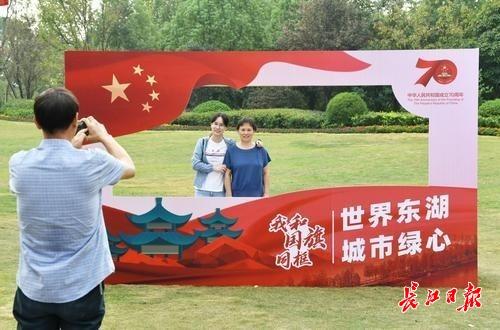 """""""我和国旗同框"""",市民游客打卡东湖听涛创意拍照点"""