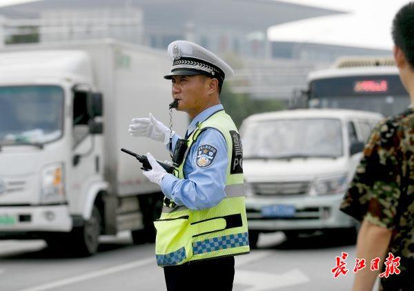 """""""这不是刘五桥吗?你怎么跑到这里来执勤,连警服都不穿?"""""""