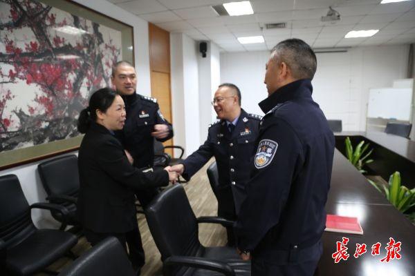 """""""板姐""""为武汉交通献计,交警现场调研解决"""
