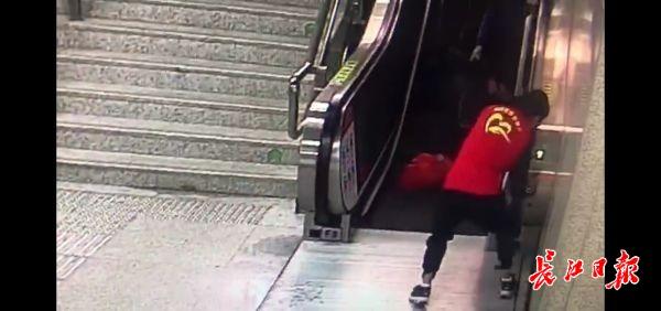 为这位武汉志愿者点赞!摔倒后,他连滚带爬关停电梯救乘客