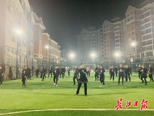"""向专业老师免费学跳舞,""""村改居""""社区的广场舞升级了"""