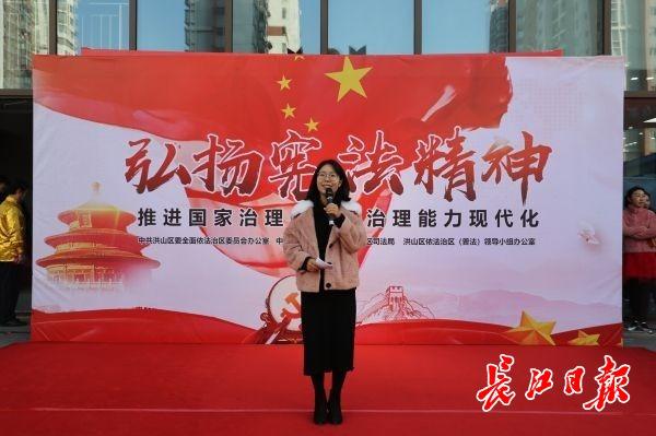 """武汉""""普法网红""""讲宪法,市民VR体验火灾、地震逃生"""