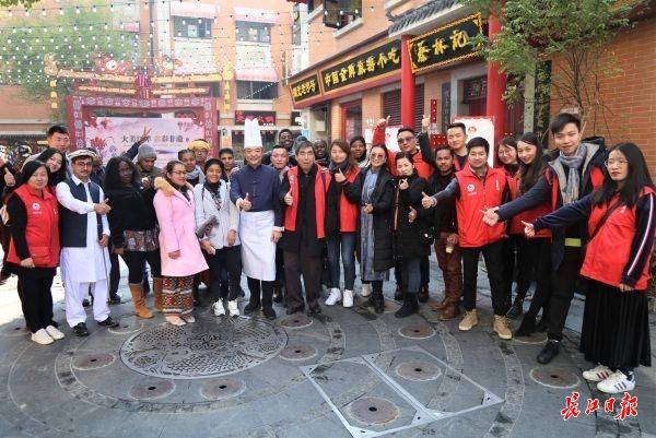 吃热干面、做包子……打卡吉庆街,留学生竖起大拇指