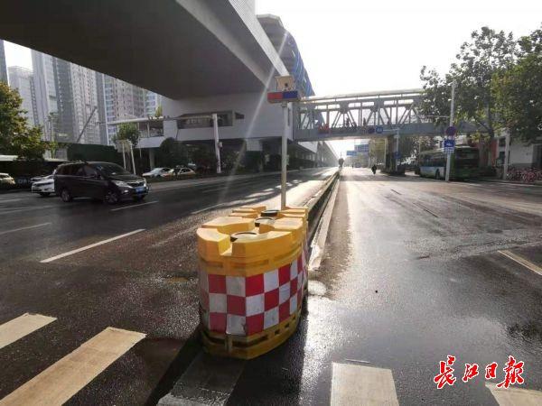 马路中间水泥隔离墙颜色像路面,网友建议设置反光条