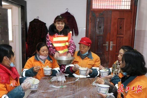 包饺子送给一线环卫工……今天,他们要在大街上跨年