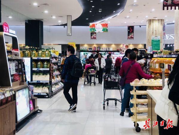 年轻人造出超市晚高峰,下班后来吃晚饭淘便宜