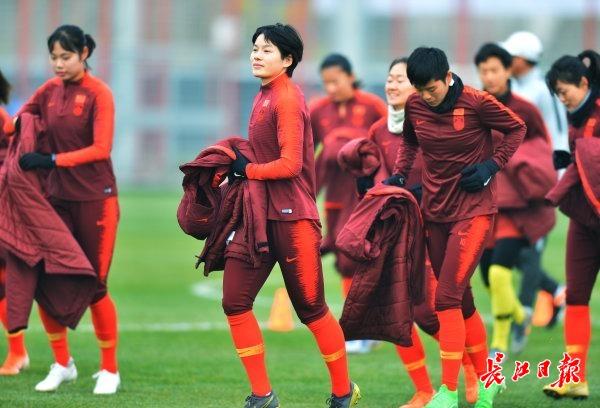 中国女足姑娘不谈假期只讲信心,队长吴海燕邀请全国球迷来武汉加油助威