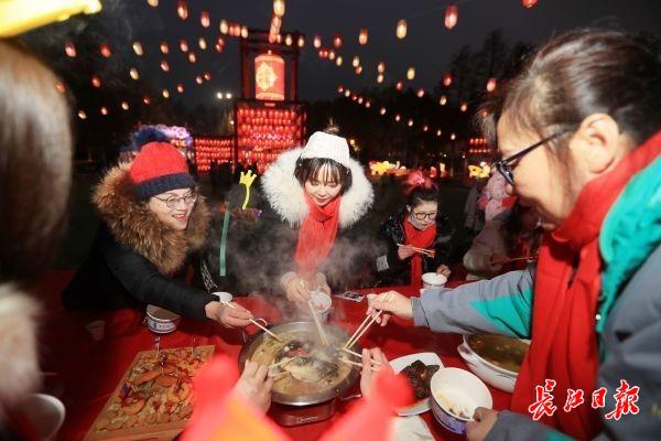 野藕排骨汤、香酥现炸圆子、锡纸炭烤红薯……东湖灯会百人团年大餐幸福满溢