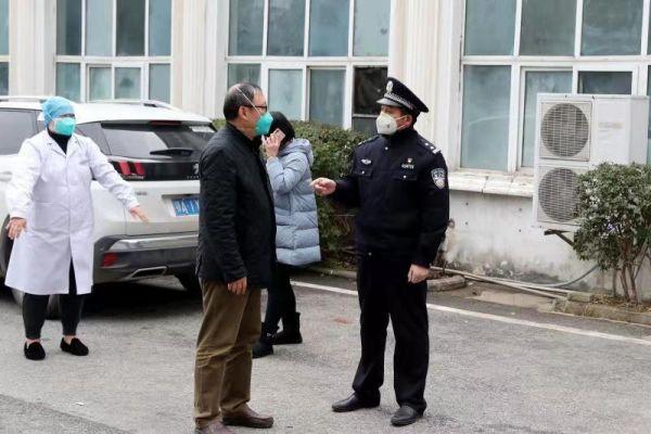 """武汉民警创作诗歌为""""白衣天使""""点赞"""