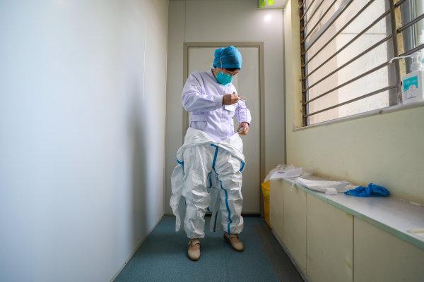 最早上报疫情的她,怎样发现这种不一样的肺炎