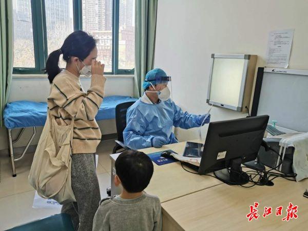 """带孩子看病家长健康码变红?医院提醒:请用孩子身份证号挂号,家长""""代挂号""""会影响健康码"""