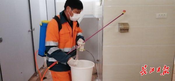一人管一厕,每天消杀两次,这个地方的农村公厕有专人管