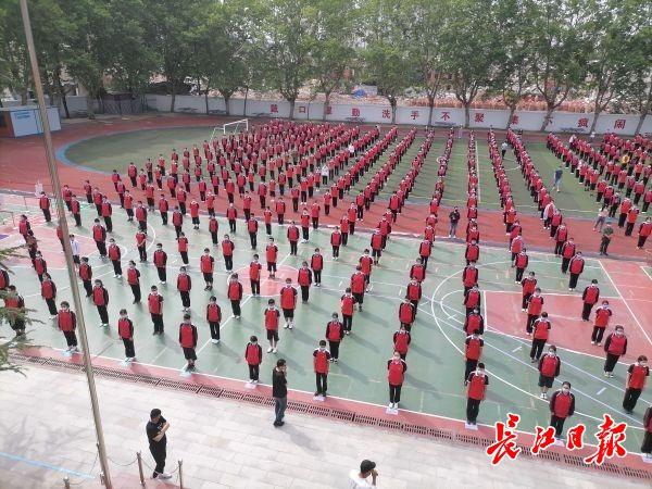 每班配防疫箱,课间活动分区,武汉初三复课学生:我和爸妈都感到