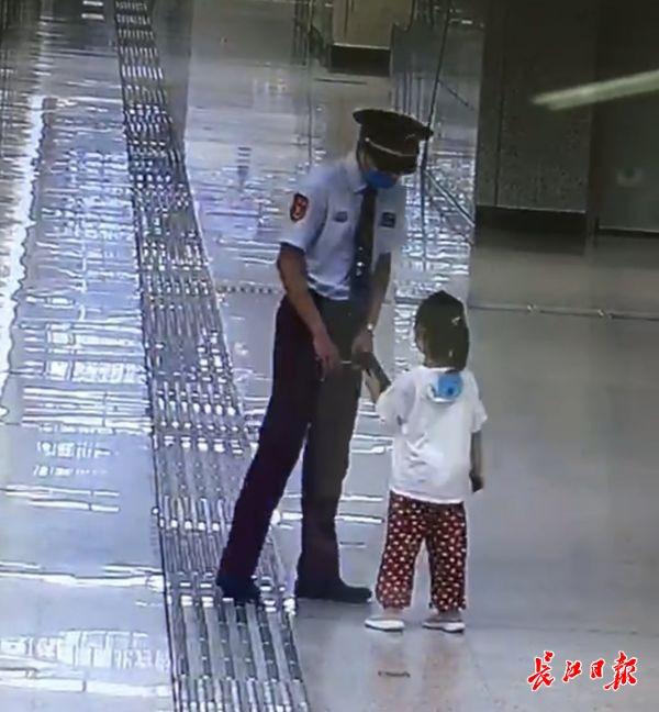 """点赞!5岁姑娘捡到手机第一时间交给""""制服叔叔"""""""