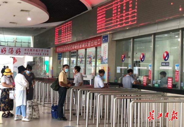 新荣客运站最后一班车驶出 整体搬至汉口北,车站人员不舍告别