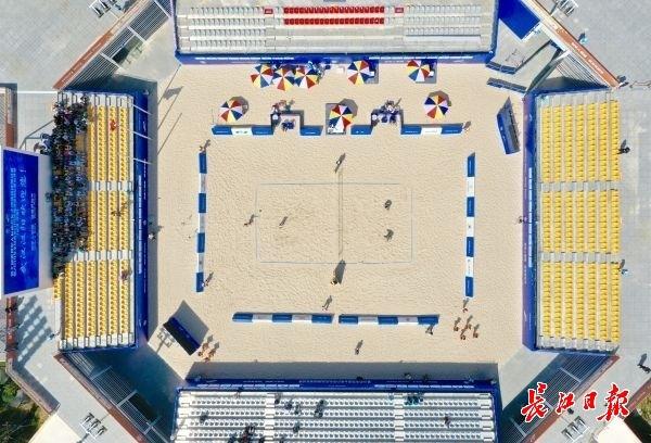 一边逛江滩一边吃美食,来汉阳沙滩排球场馆参加啤酒节吧