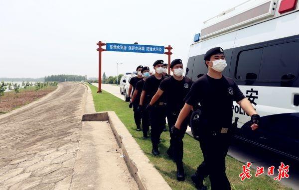 挨个查看餐馆水池和冰箱,蔡甸警方沿汉江巡查查扣43艘捕捞渔船