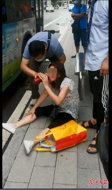 """女子公交上晕倒后备受关照,长江日报记者现场见证武汉人的""""守望相助"""""""