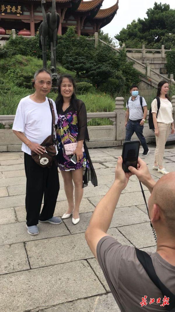"""首个来汉的跨省旅行团打卡黄鹤楼,""""看到美景,腿有劲了!"""""""