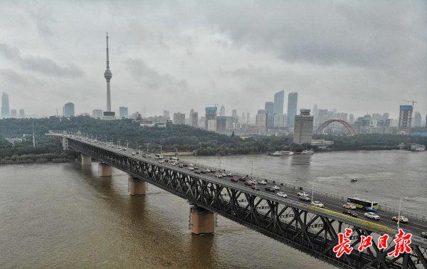 一桥飞架南北,天堑变通途,用手搅拌混凝土也要灌注出百年工程