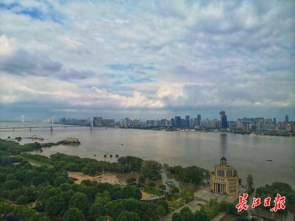 优良空气好出游,武汉市民在公园里走三四个来