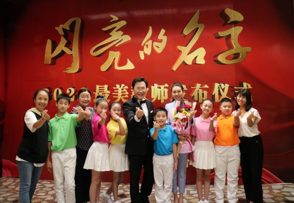 """2020全国最美教师华雨辰带领""""花儿""""合唱团登上央视发布会并现场演唱"""