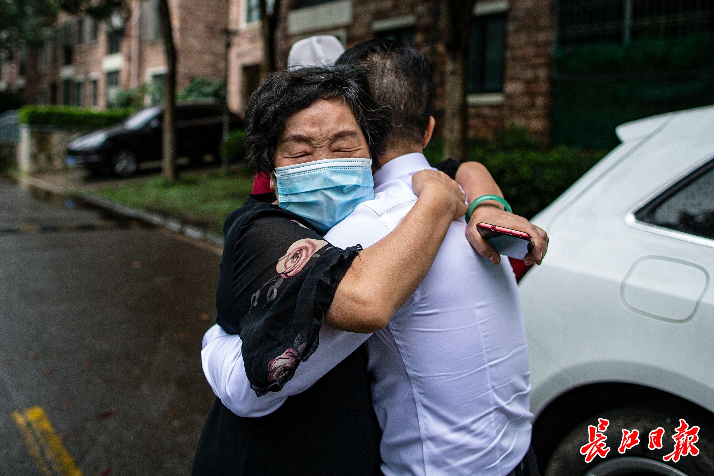 援汉医生在防护服写上:儿子我在武汉等你,儿子高考660分:武汉大学我来了