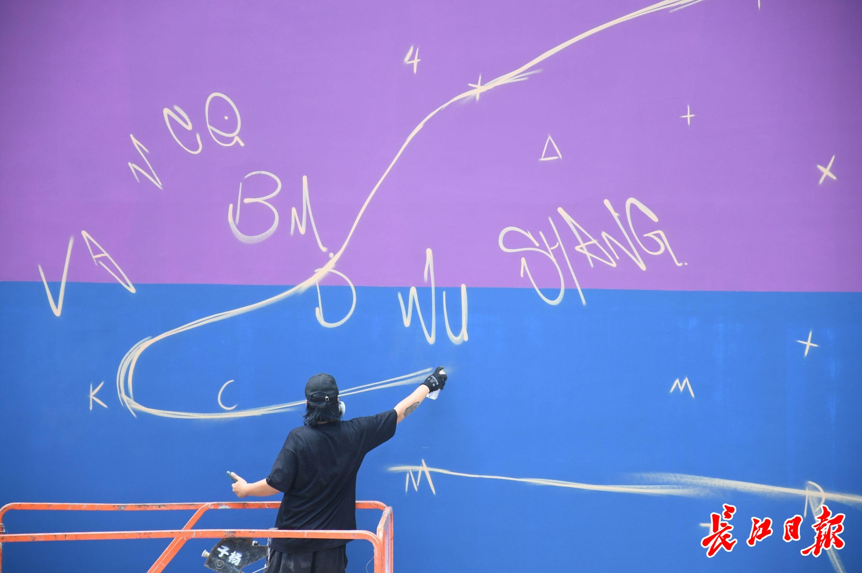 著名涂鸦师巨幅涂鸦在汉创作启动 | 图集