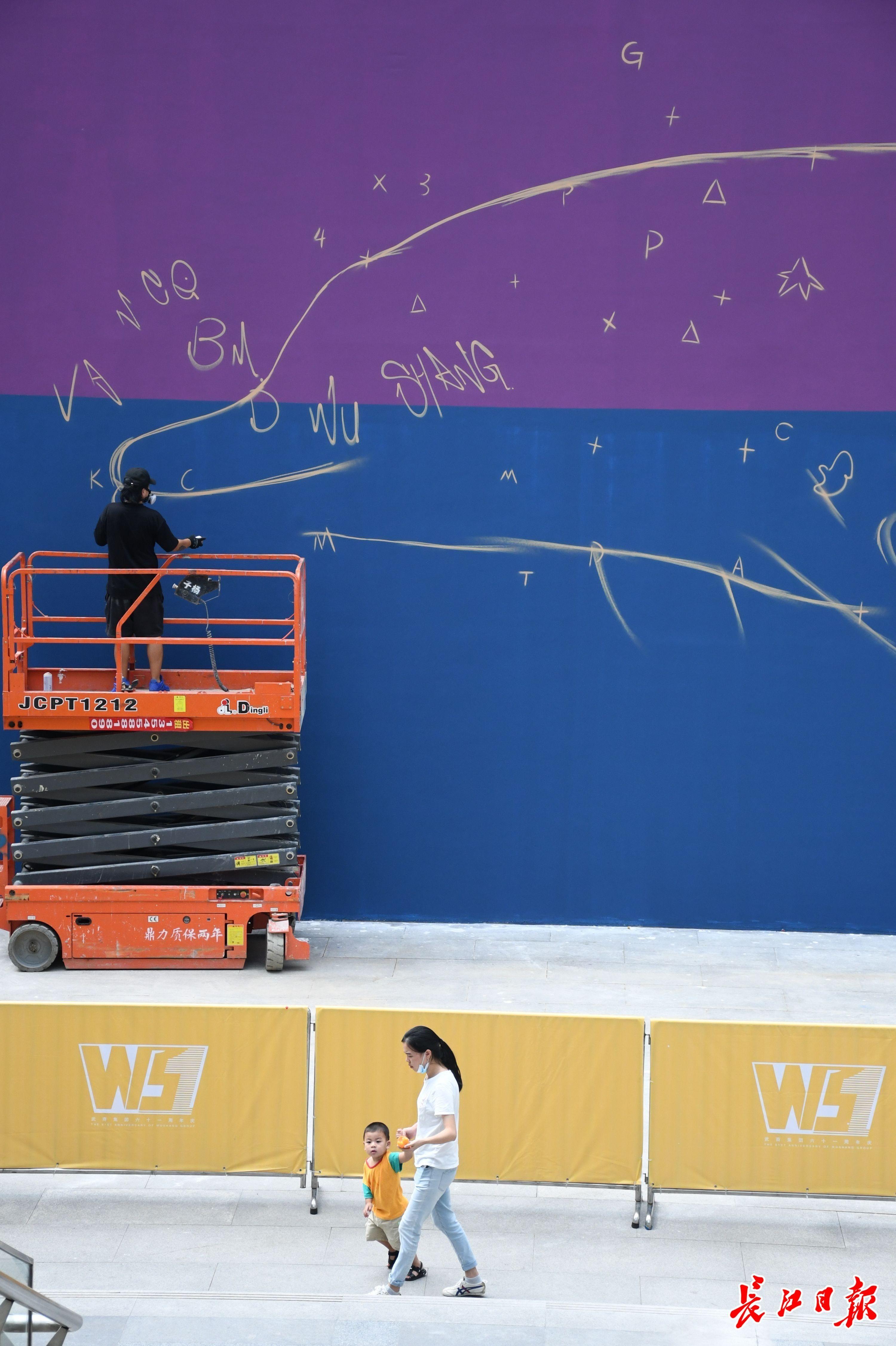 曾在世界各地作画的上海涂鸦艺术家来汉,用巨幅涂鸦献礼英雄城