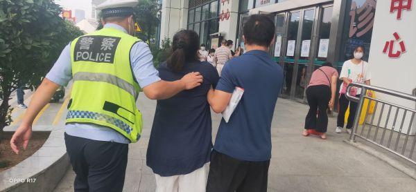 女子砍排骨砍掉手指,到医院后发现少了一根,交警飞奔20公里找回