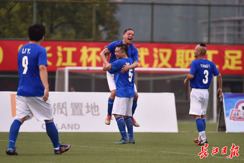 第三届武汉职工足球赛开赛,白衣勇士现身绿茵场 | 图集