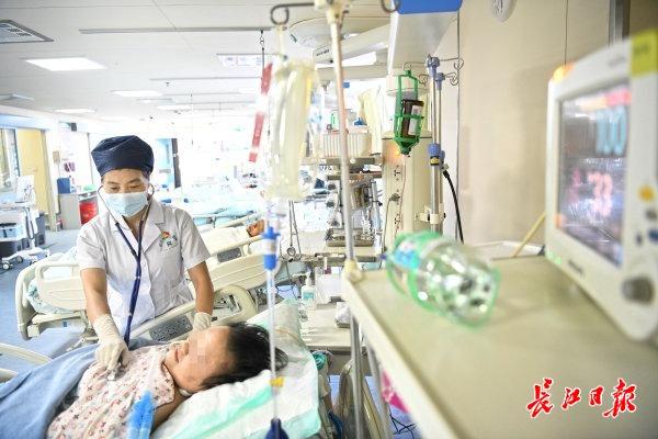 104岁患者出院,珍藏医生送的玫瑰