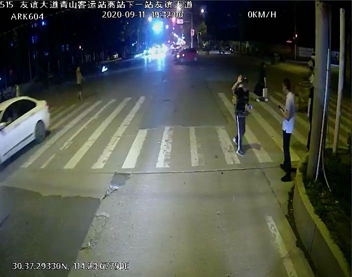 快递小哥手机不慎掉落马路中央,细心公交司机帮忙捡拾归还