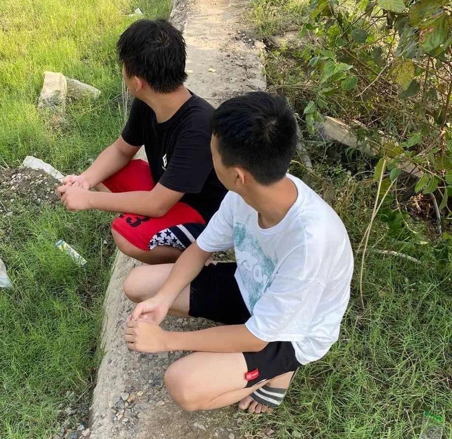 3个中学生手拉手救同学滑入江中,危急关头,他出手了……