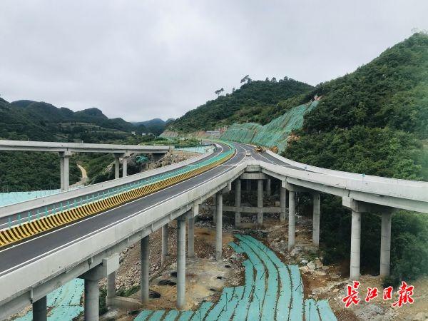 在汉央企穿越喀斯特地貌打通隧道建高速