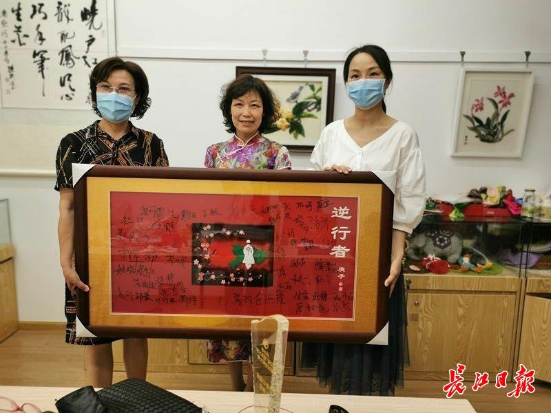 用45朵武汉市花赞美援汉逆行者,非遗传人作品《逆行者》被武汉革博收藏