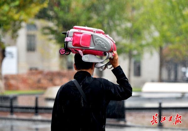 雨水频繁气温起伏变大,穿衣注意及时增减