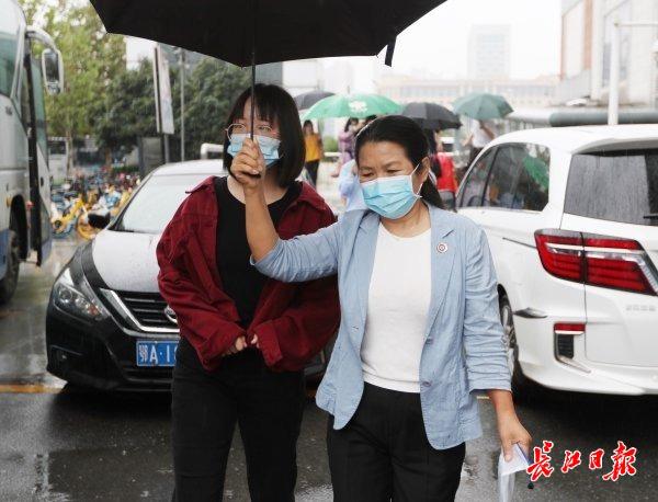 沿途介绍武汉美景和学校情况,武汉纺织大学校长接新生上大学