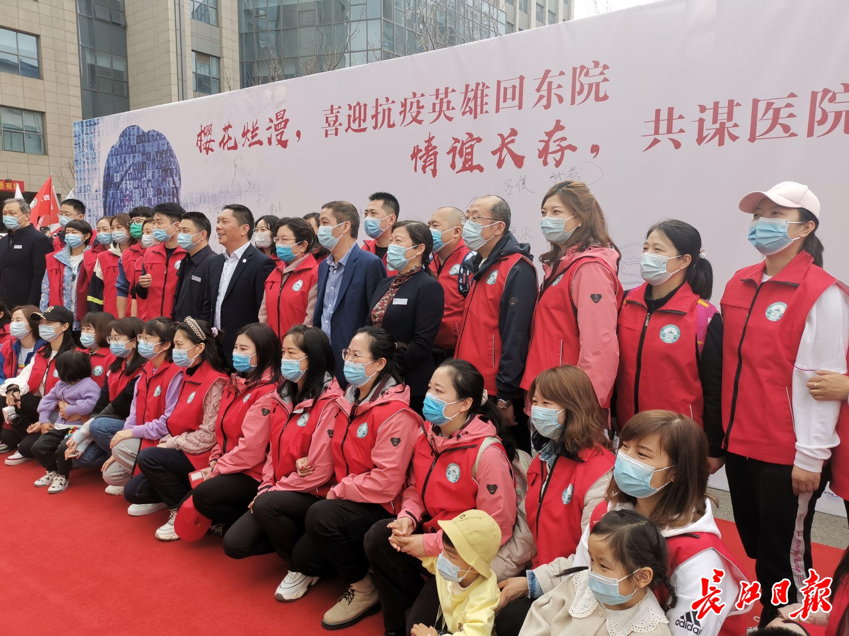 45名新疆援鄂医疗队队员赴约回汉,机场再次响起《听我说谢谢你》