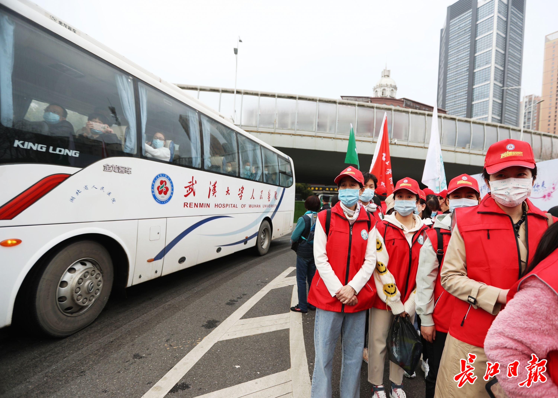 援鄂医疗队员走进武汉大学赏樱 | 图集