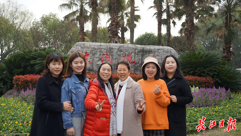 """""""武汉太美了,好想看个遍!""""3名重庆援鄂护士带亲友来武汉赏樱"""