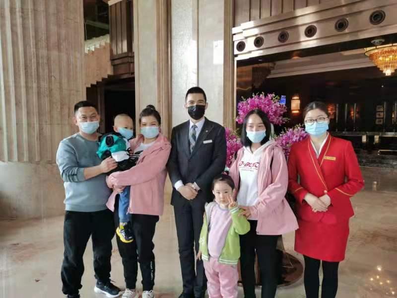 """鲜花果盘""""礼遇""""亲人,武汉酒店为回汉援鄂医疗队提供暖心服务"""