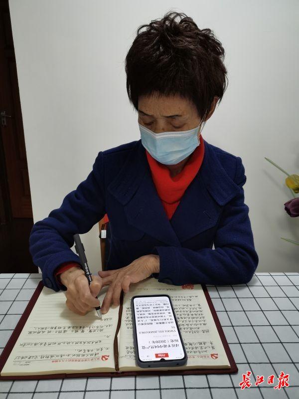 """700余篇笔记助其变身""""学习达人"""",老党员每天坚持手写学习笔记"""