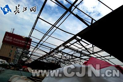 采用的基本为旧式钢架结构,无法抵御8级以上的强风,加上缺乏日常修缮