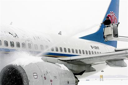 为保航班正常运转 天河机场为飞机紧急除冰