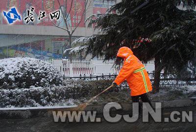 环卫工人正在扫雪-本网记者亲身感受2010年武汉第一场雪图片